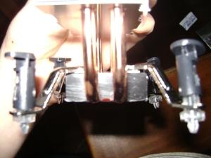 A base de aluminio possui o braço direito torto.
